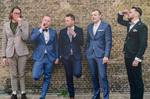 Bruidegom rookt sigaret buiten met getuigen in historisch Willemstad in Brabant