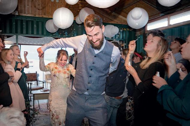 Voltrekking huwelijk van bruidspaar bij ceremonie bruiloft @Hoek van Holland
