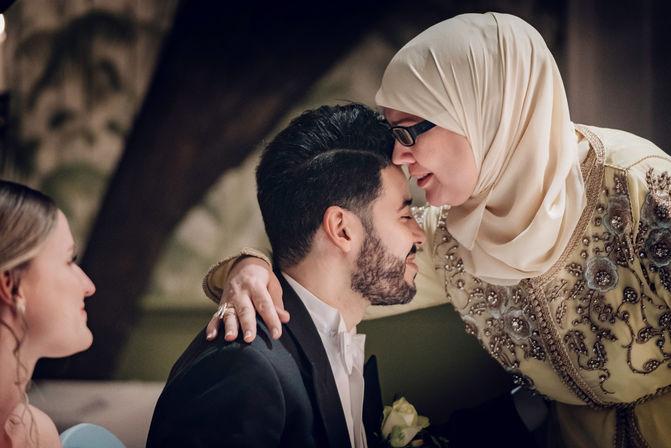 Geemotioneerde moeder zegent Marokkaans-Nederlandse huwelijk van zoon in Delft