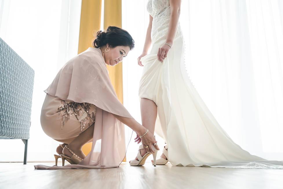 Moeder helpt bruid met aankleden @Nhow Rotterdam