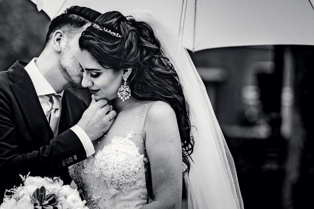 Iraans Bruidegom fluistert in oor van bruid @Schellingwouderkerk in Amsterdam