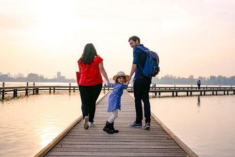Loveshoot  met familie. Koppel neemt hun kind mee naar de vlonders aan de Kralingse Plas