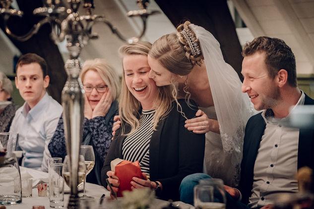 Bruid kust beste vriendin na speech tijdens diner @kasteel Wijenburg