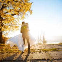jeunes-maries-posant-dans-parc_170362-56