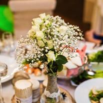 table-mariage-au-restaurant-decoree-fleu