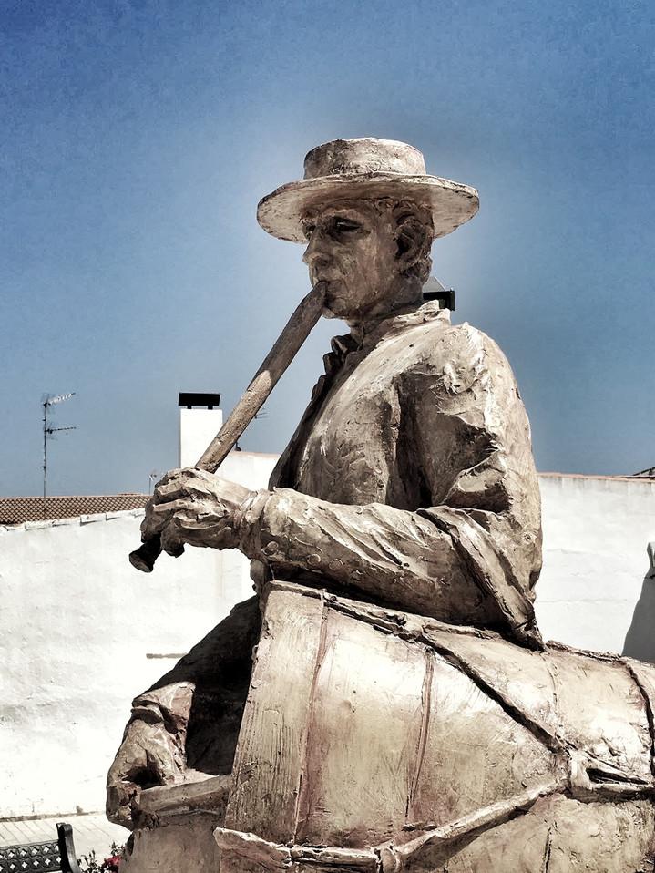 Monumento al tamborilero. San Silvestre de Guzman