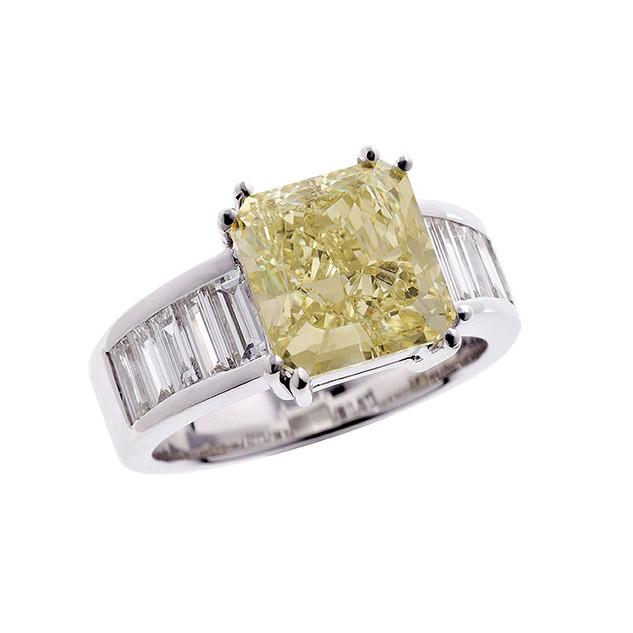 Ring in 18kt Weißgold mit Fancy yellow Diamanten