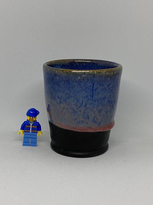 Blauwe beker met rode tinten