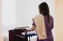 Femme poussant un chariot hotelier, Direct hygiene
