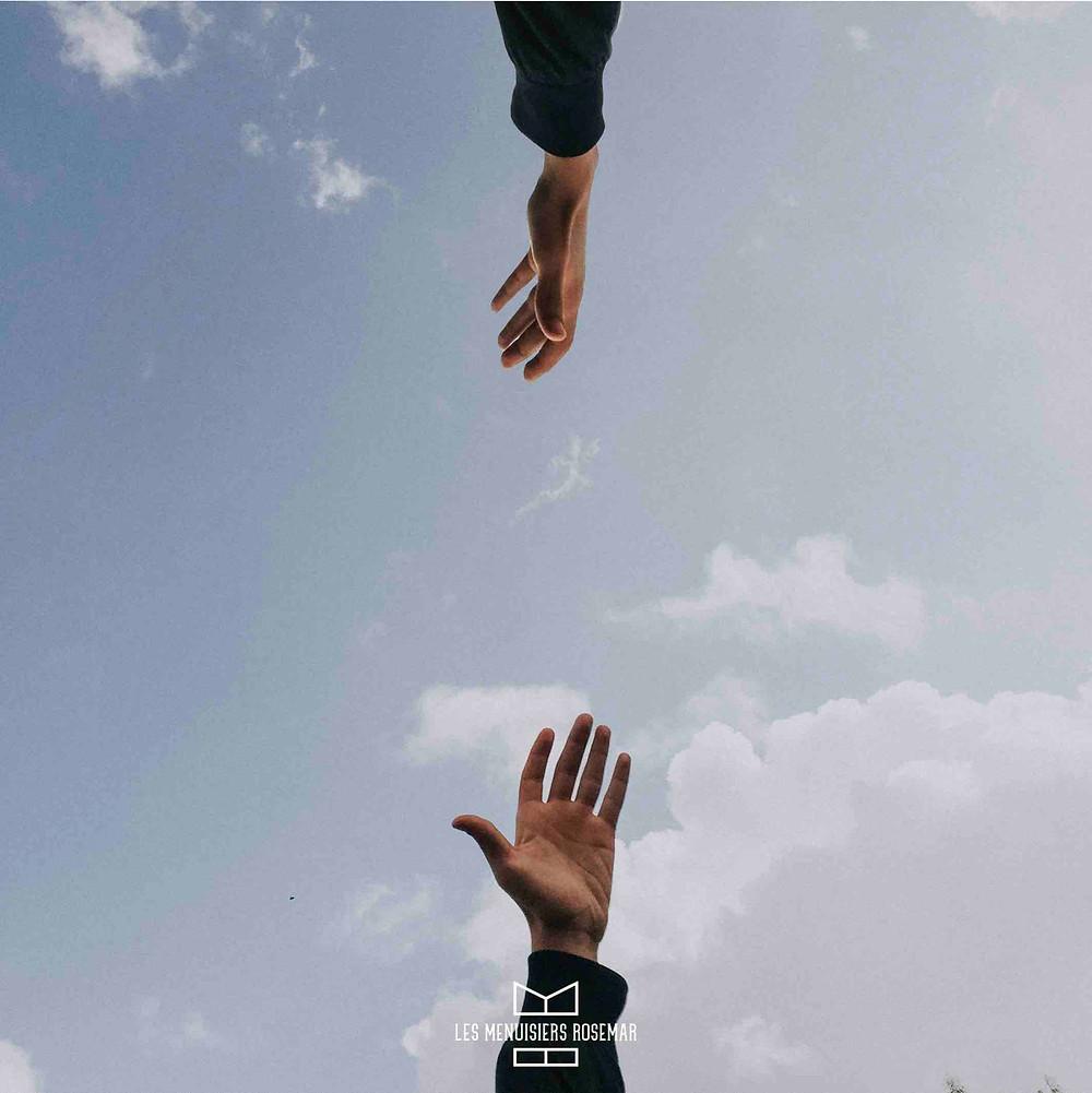 Deux mains tendus.
