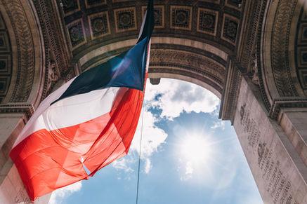 Favorise l'économie Française - Un Drapeau francais sous l'Arc de Triomphe - Les Menuiseries Rosemar - Artisan, Ile de France