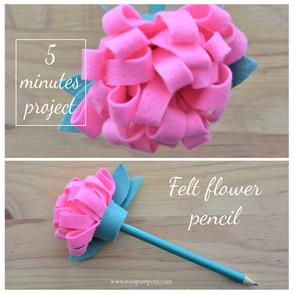 Lápis com flor de feltro
