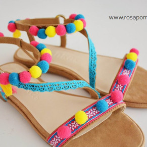 Sandálias com pompons