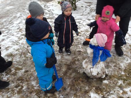 Stubbenbarnen skapar i snö