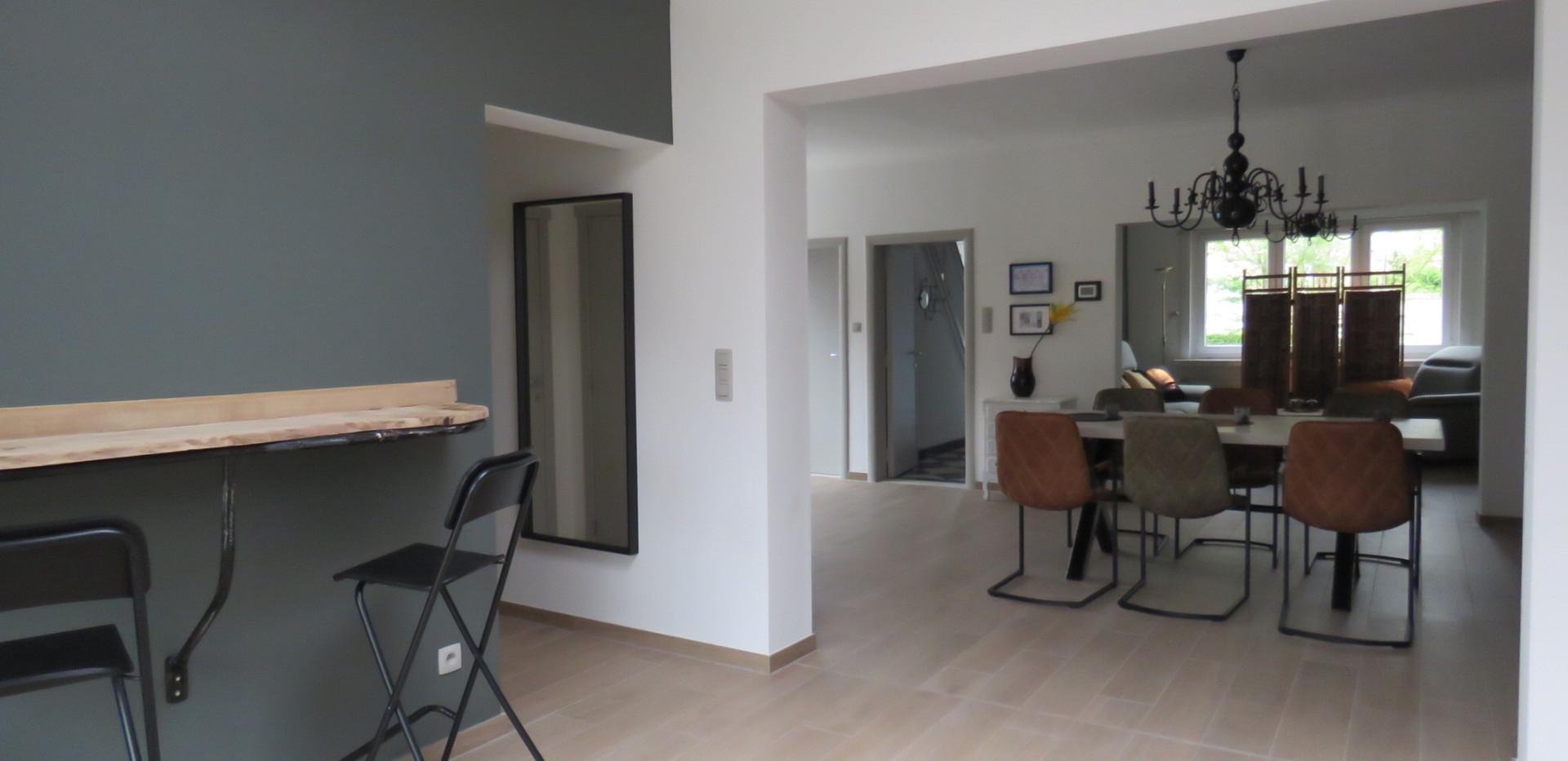 Eetkamer vanuit de keuken