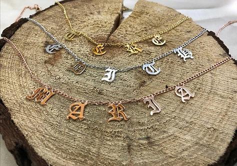 Collar letras góticas