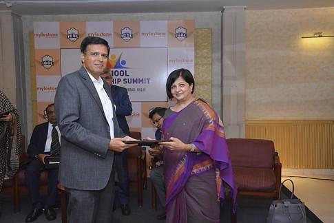 Mr. Vinay Sharma bestows hounour on the panelist Ms. Sangeeta D. Krishan