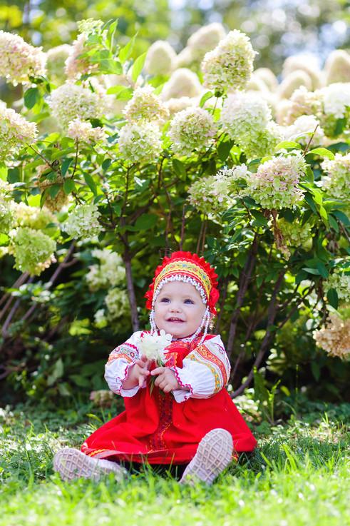 Малышка с цветком