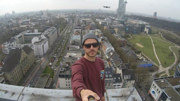 Daniel Faßbender mit GoPro auf einem Hochhaus