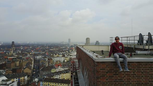 Daniel Faßbender auf einem Hochhaus in Köln