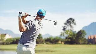 高爾夫球手擊球高爾夫球
