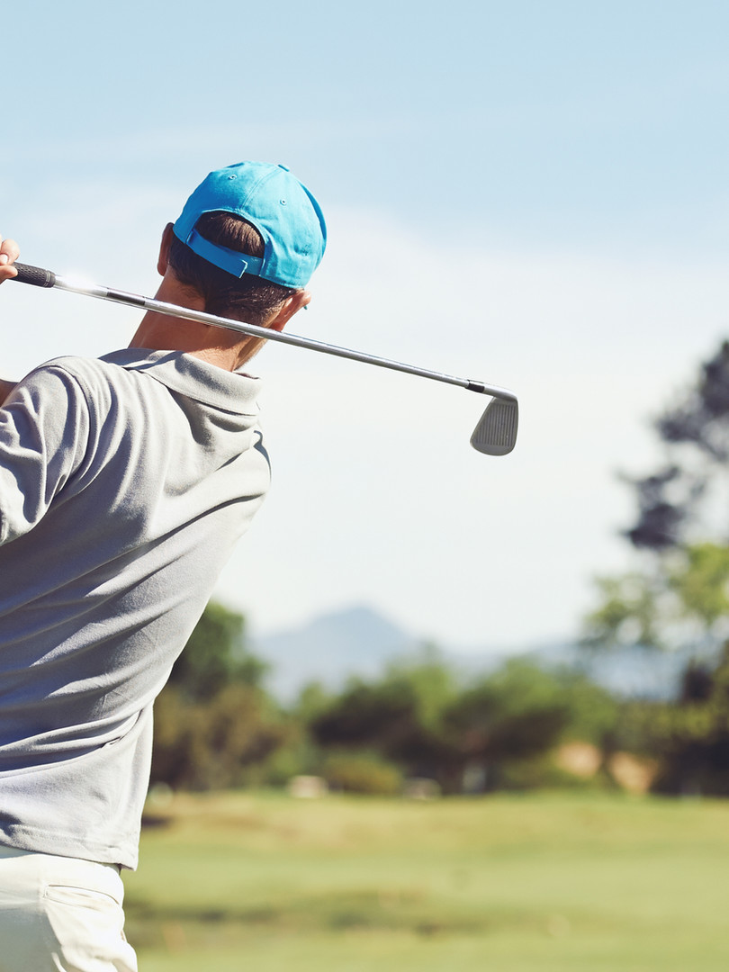 伊豆半島 アクティビティ ゴルファーがゴルフを打ちます