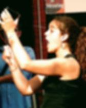 direction d'ensembles vocaux, direction de choeurs ANNE LE GOFF chanteuse plurielle chef de choeur coaching en entreprise professeur de chant Les Trois Moustiquaires Système D Lacadencia