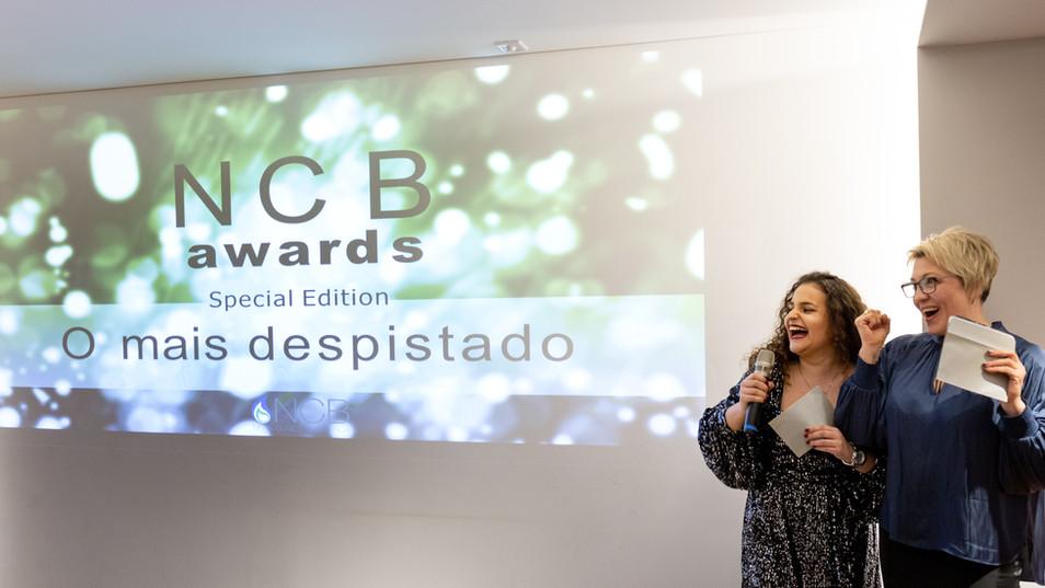 Prémio Special Edition O mais Despistado entregue pelas Assistentes Márcia Pereira e Natalya
