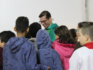 Com homenagens e abraços, Padre Tiago realiza última missa na Paróquia Santa Teresinha