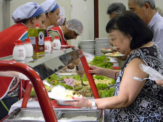 Noite da Salada anima comunidade com boa comida e música ao vivo
