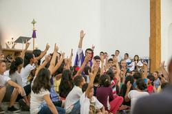 Padre Tiago Silva e crianças