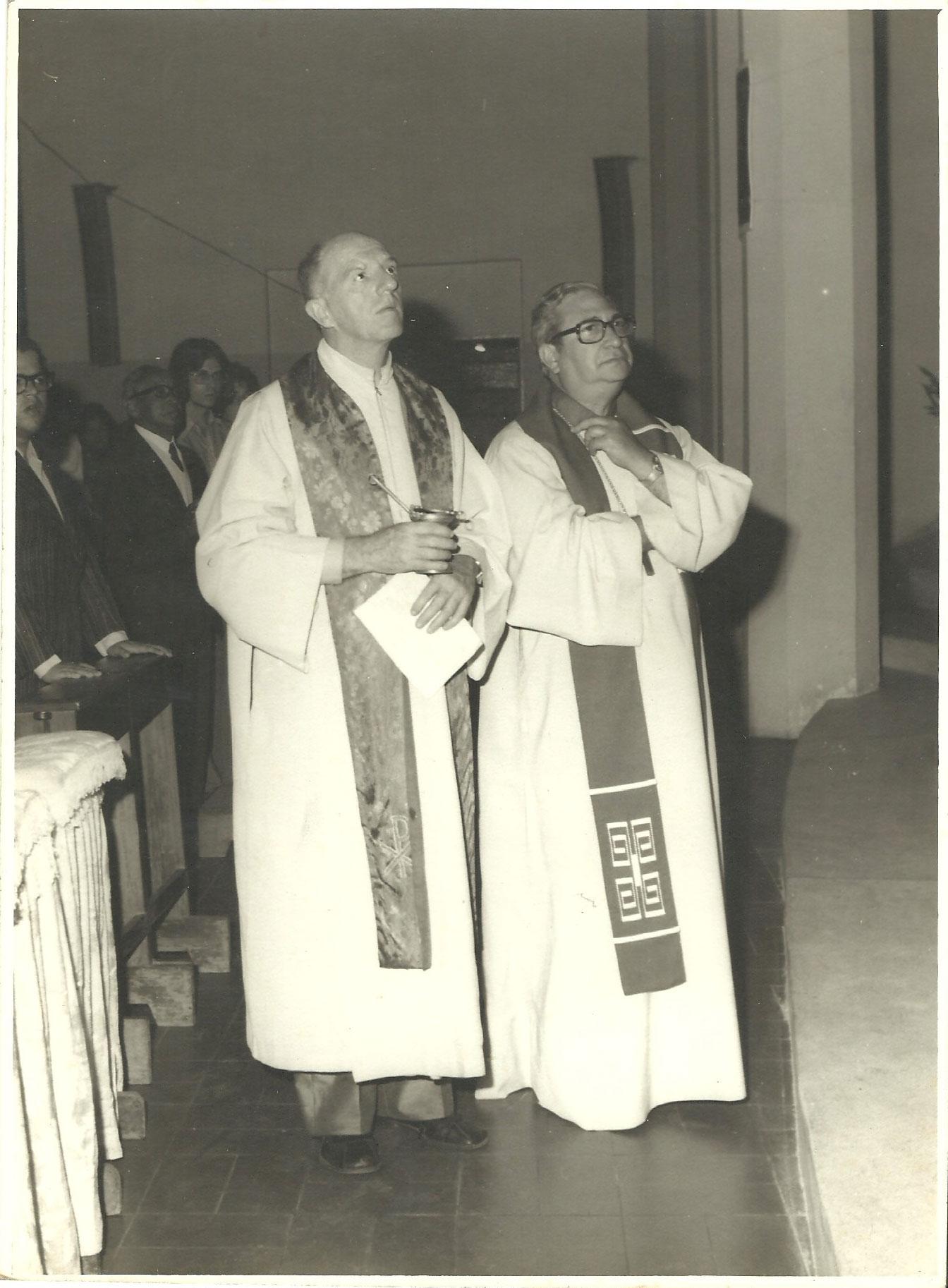 1971 a 1975 - Pe. Benno (mais alto) e D. Jorge Marcos de Oliveira (1)