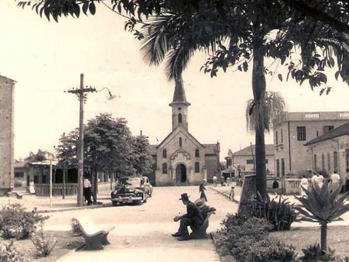 Praça da Al. São Bernardo com a antiga igreja - Foto da década de 1950