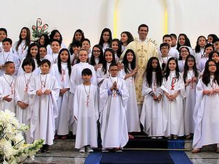 Paróquia festeja Primeira Comunhão de 63 crianças e jovens