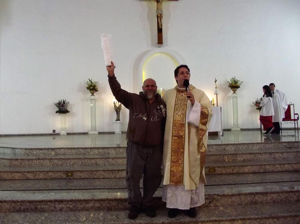 Padre Guilherme falando com um dos membros da paróquia no altar da igreja