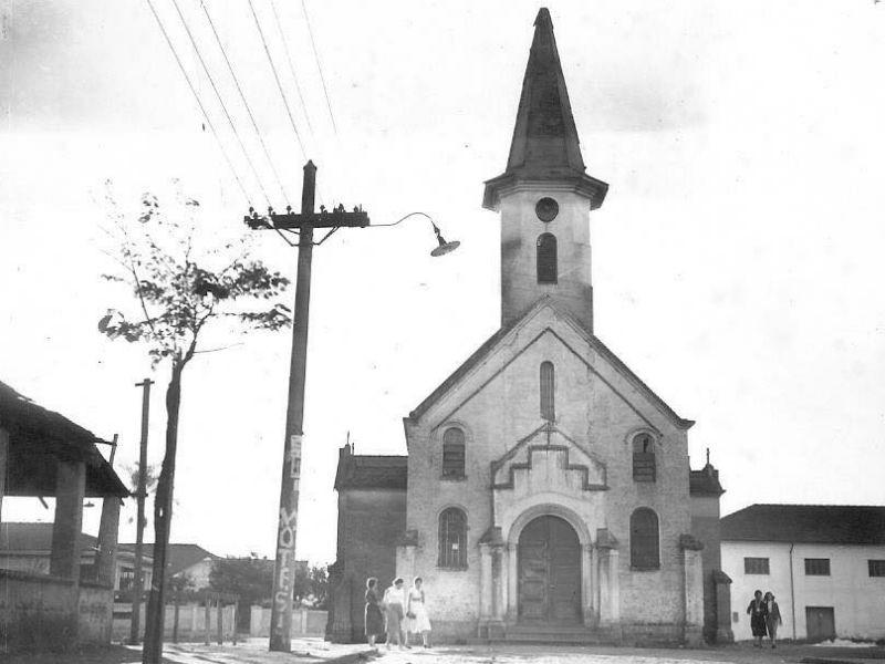 Frente da antiga igreja de Santa Teresinha, ainda na Al. São Bernardo - Foto da década de 1950