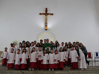 Paróquia Santa Teresinha institui seus mais novos coroinhas e pré-cerimoniários