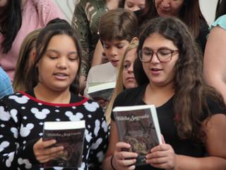 Crianças da 1ª fase da Catequese recebem a Bíblia: a Sagrada Palavra de Deus