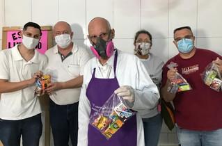 Entrega dos alimentos arrecadados no gesto concreto ajuda a muitos e emociona voluntários