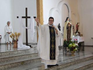 Na 2ª noite do Cerco de Jericó, Padre Vanderlei Nunes reza pela Queda das Muralhas das Enfermidades