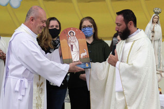 Padre João acolhe o ícone do Bom Pastor para inspirar novas vocações