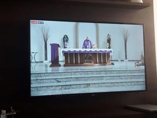 #FiqueEmCasa: pandemia fecha a igreja, mas Santa Missa é transmitida aos fiéis