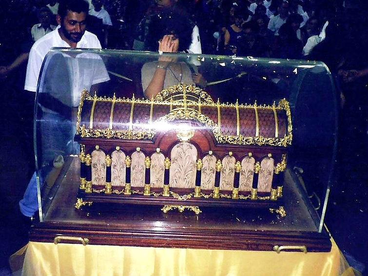 Urna com as relíquias de Santa Teresinha
