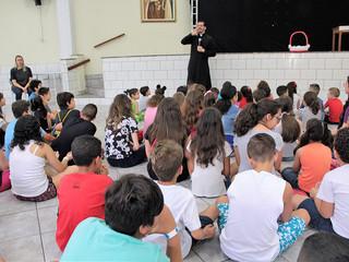 Padre Tiago responde curiosidades das crianças