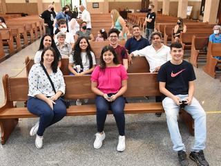 Pe. João Aroldo celebra Batismo e Primeira Eucaristia de adultos