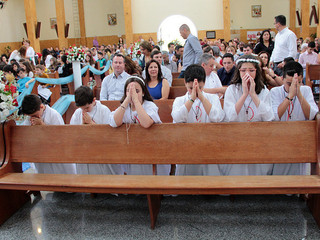Comunidade festeja Primeira Comunhão de seis crianças