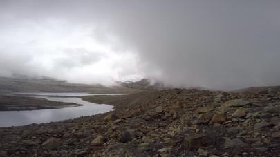 Vista del Púlpito del Diablo, el Pico Nevado Pan de Azúcar y el Pico Nevado Cóncavo desde la Laguna Grande de la Sierra