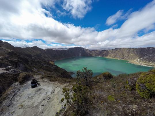 Era imposible mantenerse de pie para admirar la Laguna de Quilotoa, Ecuador por los fuertes vientos