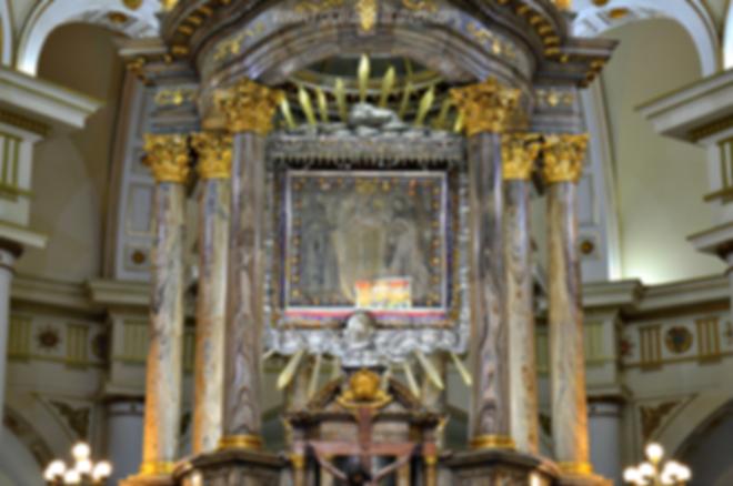 Lienzo de la Virgen del Rosario en el altar de la Basílica de Nuestra Señora del Rosario de Chiquinquirá, Boyacá