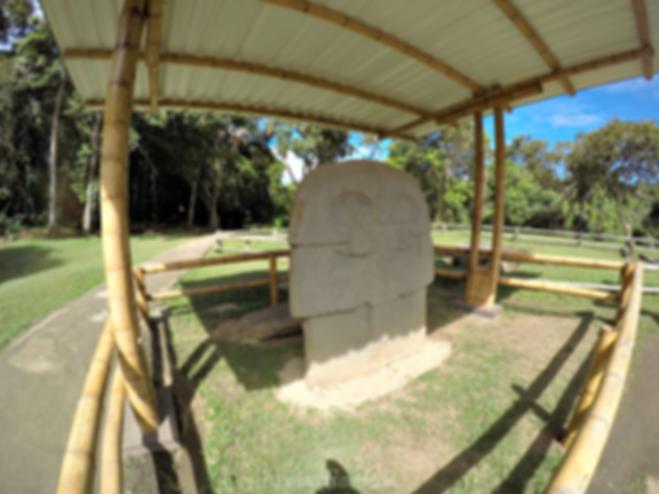 Estatuas en la Mesita C en el Parque Arqueológico de San Agustín, Huila